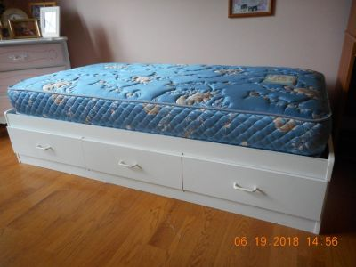 Twin Bed Base ( w/3 drawers ) and mattress