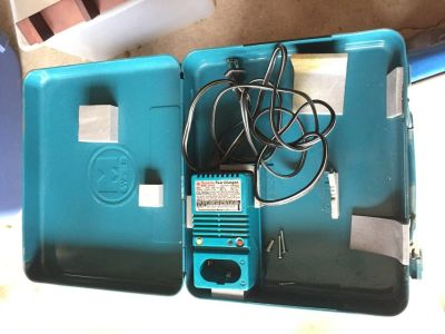 Makita Fast Charger/Battery Charger 115 V. Model DC9100 + Case