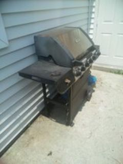 Gas grill with tank