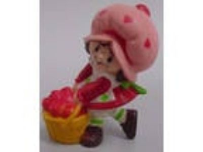 1982 Strawberryland Miniatures Strawberry Shortcake with a