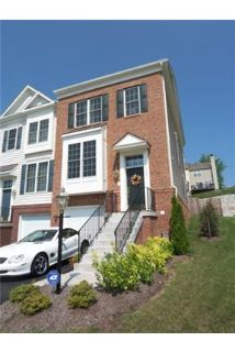 TOWN HOUSE - END UNIT - GREAT LOCATION