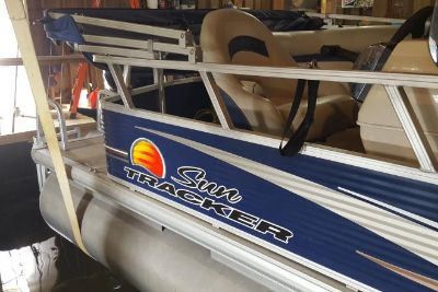 2012 Sun Tracker 18 DLX Party Barge