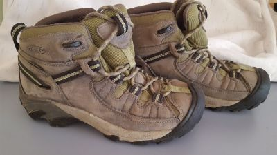 Boys Size 8 Keen Hiking boots