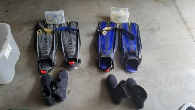 2 pairs of aqualung fins, dacor masks, snorkels and boots. Will only sell as a pair.