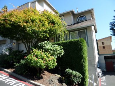 Fabulous 2-Bedroom Townhome in Renton - Ideal Location!!