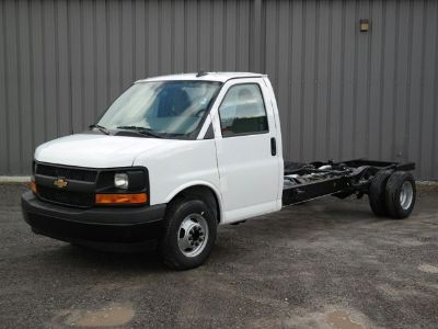 2017 Chevrolet Express Commercial Cutaway (Summit White)