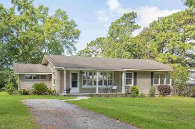 Home situated in the popular Fruit and Nut District of Fairhope