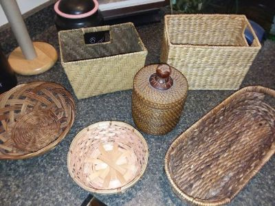 Set of 6 decorative wicker baskets of various sizes and shapes