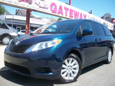 2012 Toyota Sienna LE 7-Passenger (South Pacific Pearl)