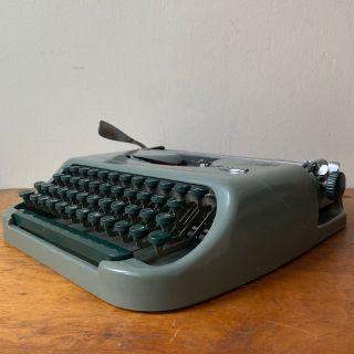 Vintage 1950s Royal RoyaLite Typewriter