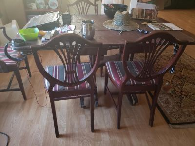 Wonderful 9' table w 6 chairs & hot dish pads