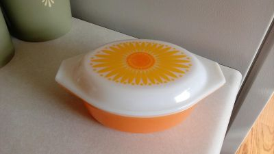 Pyrex 043 Yellow Daisy 1 1/2qt casserole dish w/lid. Great condition