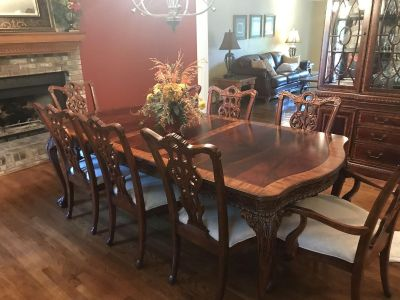 Beautiful dining room table, chairs and hutch