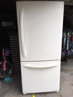 Kenmore 20 cu.ft. Refrigerator w/ Freezer on the bottom.