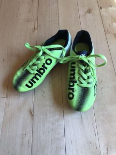 Youth Sz. 2 Umbro Soccer Cleats