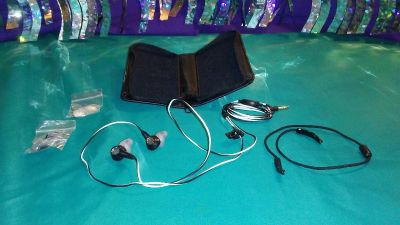 BOSE Headphone/Earbuds, silicone tips, neck strap, case - in ROCHELLE, IL
