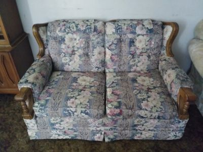 Flowered LOVESEAT w WOOD Accents