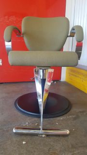 Coustom set ....4 stylist chairs ans 2 shuttle's that reclines very nice ...