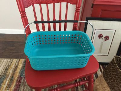 Plastic tote with handle