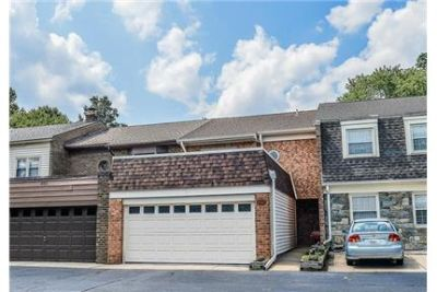 LOCATION, LOCATION, TOWNES OF MOOREFIELD ACROSS FROM THE VIENNA METRO. 2 Car Garage!
