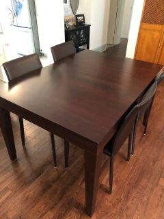 4 Mobilia leather dining chairs + solid wood extendable dining table