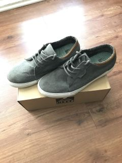 Reef Ridge men s shoes size 9.5 (like new with box)