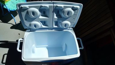 Rubbermaid 45 quarts wheeled cooler barely used.