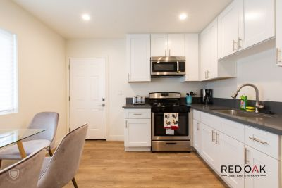 Fantastic Dorm Style 3 bedroom Don't miss these fantastic units near USC with parking!