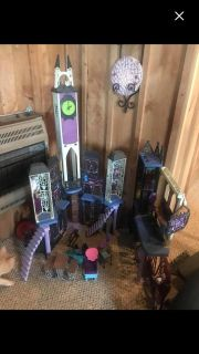 monster high house and dolls(dolls were never played with)