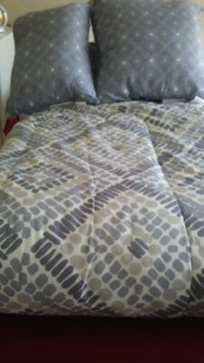 Comforter Queen Reversible like new ,with 2 deco pillows in grey,white and cream color.