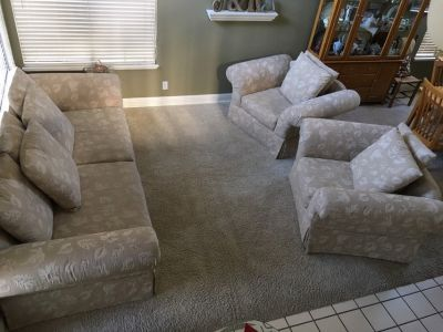 Livingroom Set (Couch & 2 Chairs)
