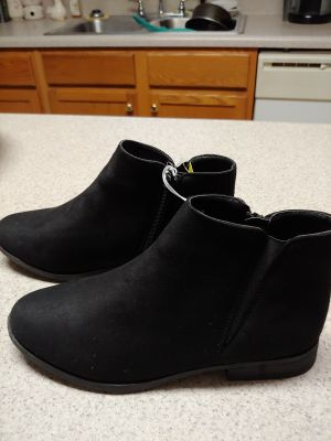 NWT Ladies beautiful boots size 8