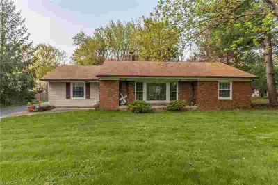 1219 Royalwood Rd BROADVIEW HEIGHTS Three BR, Brick Ranch On Over