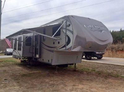 By Owner! 2011 Heartland Greystone 32 RE w/4 slides
