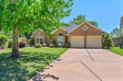 Beautiful 1 story home on a culdesac, with hardwoods, tile and laminate throughout (no carpet!!).