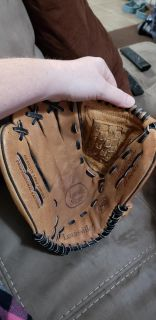 Louisville Slugger Leather Right Handed Adult Baseball Glove. Gen1100BM. 11 inches. Excellent Condition