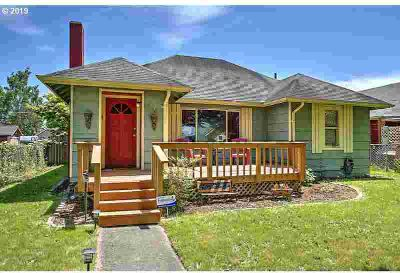 556 18th Ave Longview, Adorable 3bd/Two BA Bungalow just one