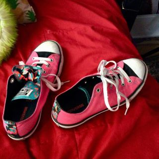 Low top pink converse with designs