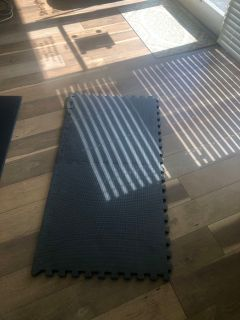 Interlocking black exercise mat / excellent condition $5 ppu today