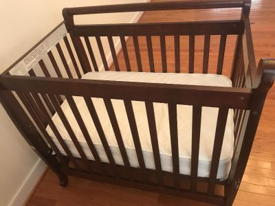 Wooden crib with quilted mattress pad - very new condition