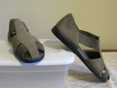Women's Size 8 Suede Shoe~Reduced