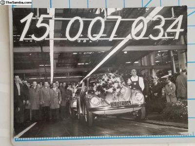 1972 VOLKSWAGEN PRESS Photo of the 15,007,034 Beet