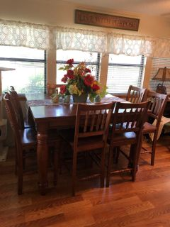 Large dinning table w/ 8 chairs