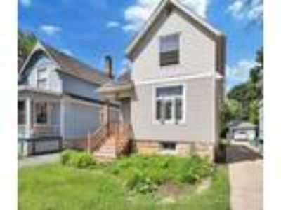 Charming Victorian 2 blocks from Downtown!
