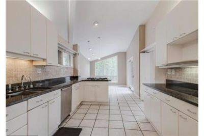3 bedrooms House - WONDERFUL CONTEMPORARY with LARGE CIRCULAR DRIVEWAY AND CARPORT.