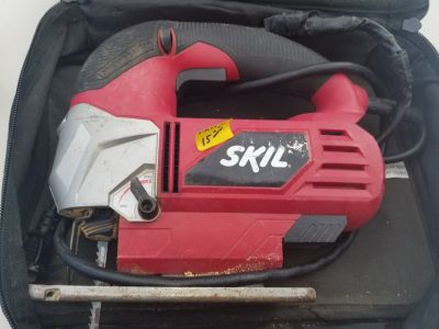 Power tool to cut wood