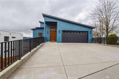 699 N 2nd St Kalama Three BR, Immerse yourself in panoramic