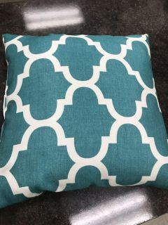 Very pretty throw pillow new condition ppu