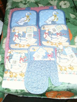 LOT OF 7 KITCHEN ITEMS (POT HOLDERS / HAND TOWELS / OVEN MITT)