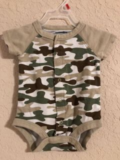 Camouflage Onesie Playsuit. Nice Condition. Size NB. The Back Has A Peace Sign. Adorable
